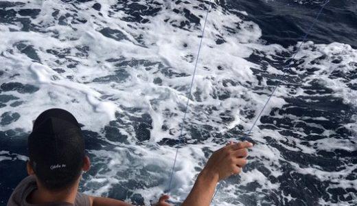 沖縄で船釣りを楽しむ。クルーズチャーターして仲間とともに。